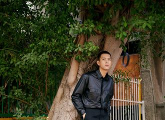 [新闻]201128 李现现身厦门出席《赤狐书生》发布会 寸头酷盖在线模仿王耀庆无法fu吸