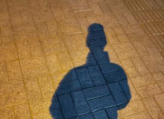 [新闻]201225 赖冠霖凌晨上线更博 绿植jj喜提一枚对着影子拍照的小可爱