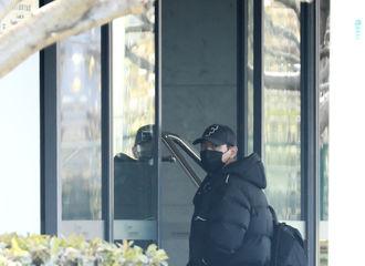 [新闻]210108 李现今日上海出发飞往北京 all black穿搭尽显大佬风范