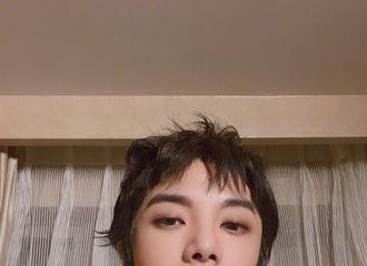 [新闻]210111 华晨宇时隔四个月再发自拍 真正的美男子不惧怕任何自拍角度