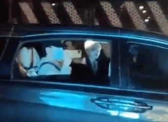 [新闻]210116 是双向奔赴的绝美爱情!坤坤摇下车窗和ikun挥手打招呼
