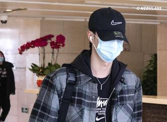 [新闻]210118 结束神秘行程的王一博顺利抵达杭州 叠穿法运用到极致的男人好帅气