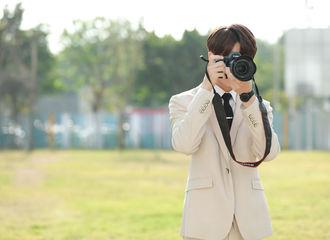 [新闻]210203 《原来我很爱你》新鲜剧照公开 林彦俊举起相机变身温柔摄影师