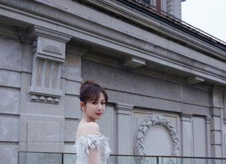 [新闻]210306 杨紫着白色镶钻蕾丝长裙出席盛典红毯 透露新剧《女心理师》即将杀青