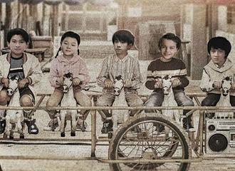 """[新闻]210308 岳云鹏更博晒出自己的""""童年照"""" 中间这位骑木马的小朋友有点点熟悉"""