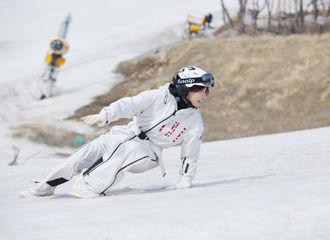 [新闻]210409 果然天空送来小鬼的新鲜节目剧照 是在滑雪场肆意游玩的白团子