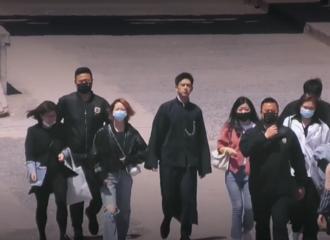 [新闻]210409 李现《极限挑战》录制路透公开 一袭黑色民国长衫十足大佬范儿!