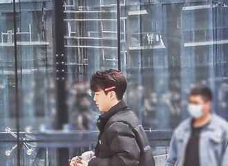[新闻]210410 范丞丞穿着睡衣开工上班准备拍摄 头上别满了粉色的小发卡