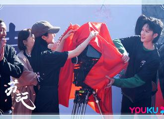 [新闻]210411 《苏记》官微发布开机现场高清图 朱正廷拆红包&发红包都是个寂寞