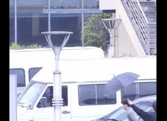 [新闻]210411 前线丞星分享今日份可爱范丞丞 虽然有伞但跑快点就能淋不到雨