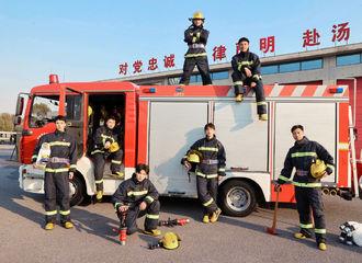 [新闻]210413 《极限挑战》消防员造型合照公开 穿上制服的邓伦又苏又帅!