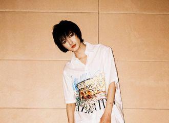[新闻]210413 发现一只慵懒大美人贝贝!朱正廷白衬衫look演绎休闲运动风