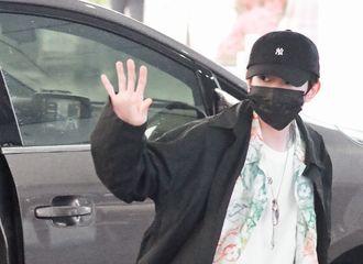 [新闻]210416 王源长沙飞北京出发饭拍 大明星小源走路带风,三步一回头挥手