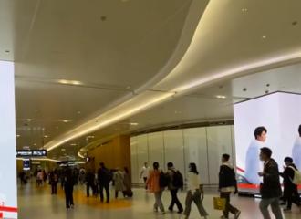 [新闻]210416 机场偶遇大帅哥 蔡徐坤Prada线下地广已经安排上啦