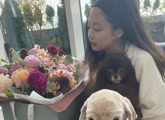 [新闻]210417 BLACKPINK JENNIE,日常就是画报…花束和伴侣犬