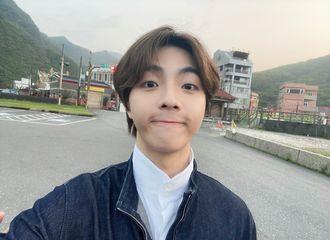 [新闻]210417 陈立农上线分享最新的怼脸自拍 王子异用黑白滤镜记录生活