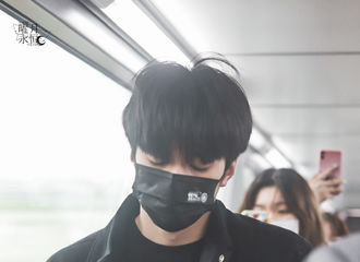 [新闻]210417 潮男刘耀文今日机场LOOK ALL BLACK造型在线狙击少女心!