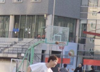 [新闻]210422 网友偶遇李现回北电打篮球 阳光活力的运动少年上线!