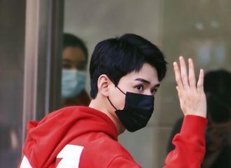 [新闻]210502 龚俊从厦门出发飞上海 俊俊子穿上红色卫衣去告别温客行了