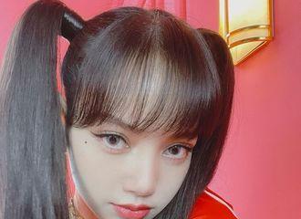 [新闻]210505 BLACKPINK  LISA,双马尾+樱桃唇=芭比娃娃♥