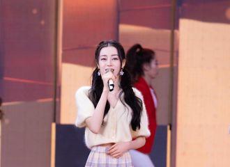 [新闻]210505 迪丽热巴甜美亮相五四晚会 演唱《青春》传递青春的正能量!