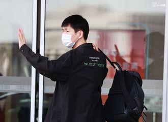 """[新闻]210508 李现今日北京出发飞往重庆 顺毛乖崽的""""新学期""""开始啦~"""