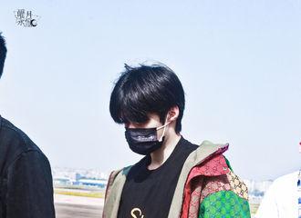 [新闻]210508 刘耀文新鲜机场图出炉 Gucci少年又把机场走成了秀场