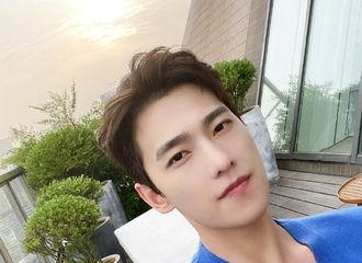 [新闻]210509 杨洋更博晒出外景自拍 帅气怼脸拍真·有颜任性
