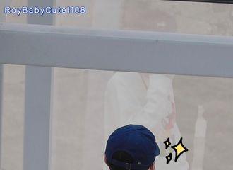 [分享]210509 王源机场臭美图有 难道这就是猛虎照镜子吗?