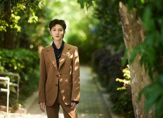 [新闻]210509 朱正廷将出演青年公益音乐会 穿上卡其色西装彰显复古别致