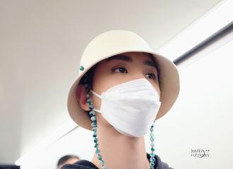 [新闻]210509 黄明昊5.8上海飞宁波机场饭拍 您的全新小台灯皮肤已上线!