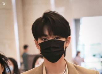 [新闻]210510 宋亚轩、刘耀文《快乐大本营》上班饭拍来袭 帅哥们的脸是治愈工作日的良药