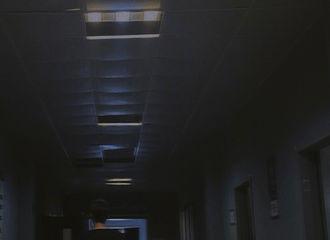 """[新闻]210511 李易峰更新背影照氛围感拉满 故地重游敬请期待""""新新人类""""2.0"""