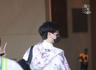 [新闻]210531 尤长靖北京出发飞长沙 小手手藏在袖子里连背影都散发可爱气息