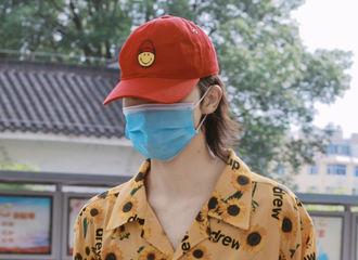 [新闻]210603 小红帽穿着好多好多向日葵上班了 正正的身体和服装总有一个在度假