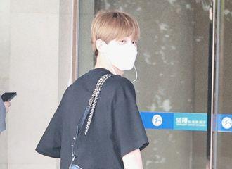 [新闻]210604 小贾老板穿着新品从长沙飞往上海 红发小鬼昨晚上海出发飞回北京