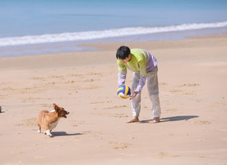 [新闻]210606 王俊凯工作室发来《恰好是少年》剧照 今晚八点和海岛少年享受惬意旅行时光!