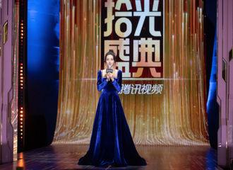 [新闻]210607 迪丽热巴拾光盛典上班路透公开 蓝色丝绒礼裙造型高傲又迷人!
