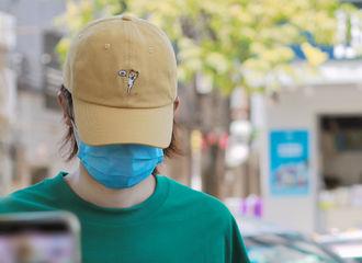 [新闻]210607 朱正廷把动物园穿在身上来开工 连小黄帽都藏着一只小柴呢