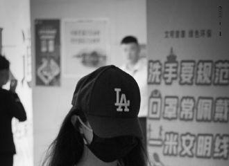 [新闻]210610 小露美腰的赵丽颖昨晚顺利抵达昆明 离开前特意挥手和粉丝打招呼