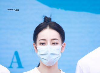 [新闻]210720 迪丽热巴新剧《安乐传》今日开机 即使戴着口罩也是全场焦点!