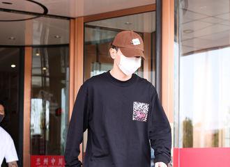 [新闻]210723 邓伦今日份新鲜路透公开 黑衣黑裤酷盖上线!