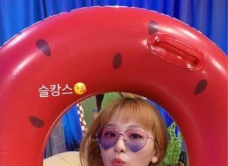 [新闻]210804 Red Velvet涩琪,驱暑的清凉美...心形墨镜+西瓜泳圈也默契消化