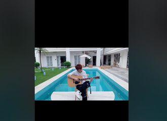 [新闻]210805 小鬼抖音发布吉他弹唱第二弹 《恋恋剧中人》公开海报拍摄现场花絮