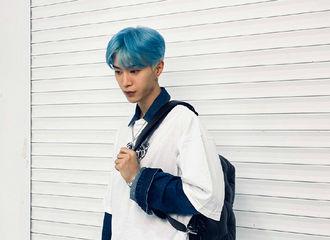 [分享]210805 品牌发文认证范丞丞拍摄时所背手袋 蓝发帅哥和Glam Slam手袋很配