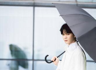 [新闻]210809 尤长靖工作室更新氛围大片 小仙子撑伞漫步室外彰显纯真气质