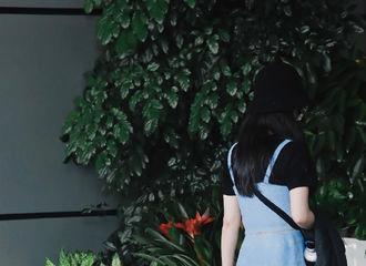 [新闻]210823 养生达人赵丽颖新鲜路透公开 少女系穿搭与随身背保温杯最配了