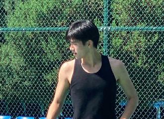 [新闻]210824 网友偶遇陈飞宇烈日下打篮球 元气满满男大生的暑假日常