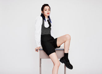 [新闻]210828 迪丽热巴27日晚现身品牌直播间 学院风酷飒学姐带你开启青春第一课