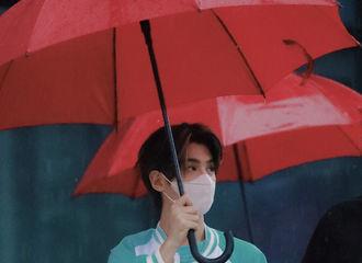 [新闻]210831 是谁带着菊花枸杞茶上班,我不说~Justin上班雨中撑伞拉满氛围感